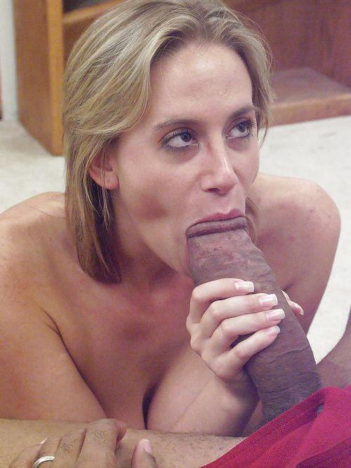 Une femme mature se fait lubrifier le cul pour pouvoir se